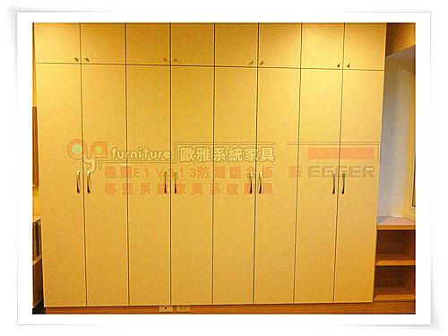 【系統家具】主臥 系統衣櫃上方架框至天花板 窗邊開放櫃