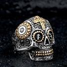《 QBOX 》FASHION 飾品【RBR8-327】精緻龐克風雕花十字架骷顱頭鑄造鈦鋼戒指/戒環