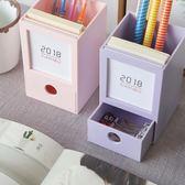 韓版時尚小清新辦公收納文具帶日歷筆插桌面收納筆筒【紅人衣櫥】