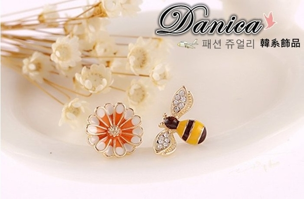 無耳洞耳環 韓國時尚甜美超萌可愛童趣小蜜蜂花朵不對稱水鑽 夾式耳環 S92414 Danica 韓系飾品