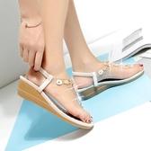 坡跟涼鞋 羅馬涼鞋 新款夏季時尚女涼鞋休閒坡跟夾耳中跟女鞋韓版女鞋子【多多鞋包店】ds4156