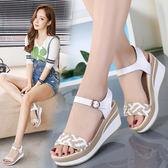 坡跟涼鞋女松糕中跟韓版學生一字扣女鞋厚底高跟涼鞋女吾本良品