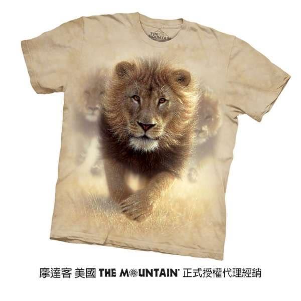 【摩達客】(預購)(男童/女童裝) 美國進口The Mountain  揚塵獅王 純棉環保短袖T恤(10416045029a)