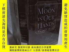 二手書博民逛書店實物拍照;The罕見Moon in Our Hands 我們手中