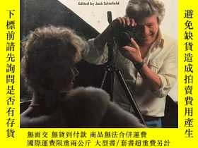二手書博民逛書店How罕見Famous Photographers Work(英