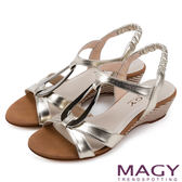 MAGY 時尚穿搭必備款 皮帶交錯造型鐵環楔型涼鞋-金色