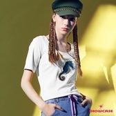 【SHOWCASE】休閒合身大圓領海馬亮片彈性棉質T恤(白色)
