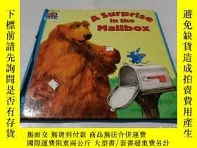 二手書博民逛書店a罕見surprise in the mailboxY9212