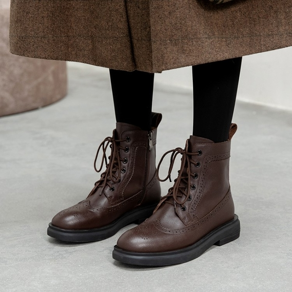寬楦設計真皮女鞋34~40 2020英倫風百搭頭層牛皮繫帶圓頭低跟布洛克雕花馬丁靴 機車靴 短靴子 ~2色
