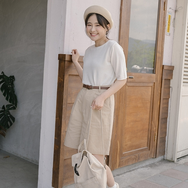 Queen Shop【04130120】質感剪裁設計五分褲附腰帶 兩色售 S/M/L*現+預*