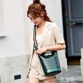 水桶包2020網紅百搭簡約單肩包女斜挎百搭時尚潮流新款漆皮女包 3C優購