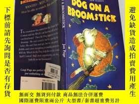 二手書博民逛書店dogs罕見on a broomstick 掃帚上的狗Y200392