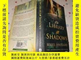 二手書博民逛書店The罕見Library of ShadowsY179226 M