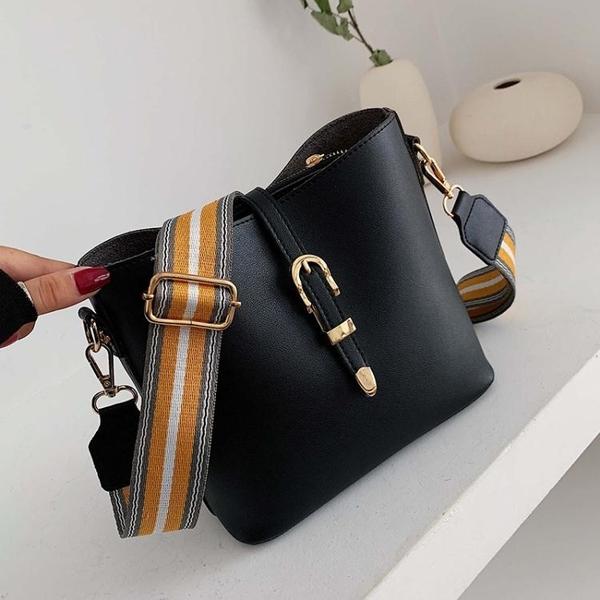 時尚寬帶小包包洋氣女包2021新款潮韓版百搭斜背包網紅側背水桶包 伊蘿 99免運