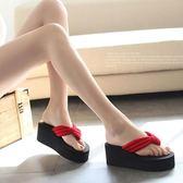 夏季坡跟涼拖鞋女士高跟防滑旅游時尚厚底夾腳拖潮 DN7131【歐爸生活館】