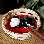 【貓粉選物】瞌睡壽司貓療癒小擺飾筷架紙鎮筆枕黑色招財貓高2CM 桌上開運擺飾