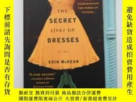 二手書博民逛書店The罕見Secret Lives of Dresses 英文原