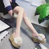 厚底拖鞋 花朵拖鞋女外穿2019夏季新款百搭高跟一字拖防水台厚底坡跟鬆糕鞋 小宅女