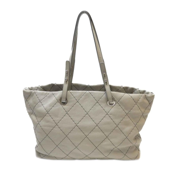 CHANEL 香奈兒 灰白色牛皮菱格縫線肩背包 On The Road Tote Bag【BRAND OFF】