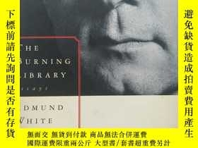 二手書博民逛書店The罕見Burning Library: Essays 【英文