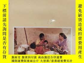 二手書博民逛書店Empowering罕見Women Workers The W.W.F Experiment in Indian
