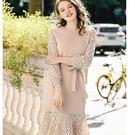 美之札[79105-KF]杏色針織圓領拼接蕾絲袖綁帶中長款洋裝