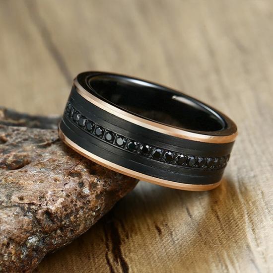 《 QBOX 》FASHION 飾品【RTCR-080】精緻個性拉絲面鋯石神秘黑間金拋光鎢鋼戒指/戒環