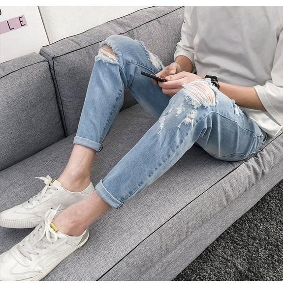 《澤米》破洞窄管牛仔褲 版型超好韓版 男合身小腳褲 潮流 百搭 九分褲 淺藍色 水洗 刷破挖破褲