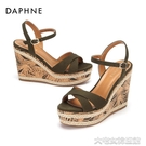 坡跟涼鞋達芙妮新款時尚坡跟絨面扣帶防水臺木紋涼鞋女1018303003 大宅女韓國館