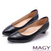 MAGY 親膚OL通勤款 柔軟羊皮防磨腳尖頭低跟鞋-黑色