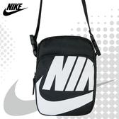NIKE 側背包 HERITAGE SMIT 2.0 大Logo 小包 斜背包 黑色 BA6344 得意時袋