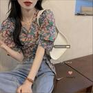 短袖襯衫 小眾設計感V領短袖碎花襯衫女夏季小心機綁帶收腰短款泡泡袖上衣【快速出貨】