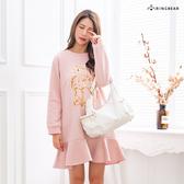 休閒洋裝--可愛小兔毛球口袋拚接荷葉寬鬆修身圓領連身裙(黑.粉M-3L)-A375眼圈熊中大尺碼◎