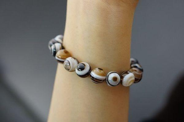 天珠dzi bead的藏語發音,是智慧之眼,趨吉避凶,增加磁場 健康、平順、富貴招財。A145