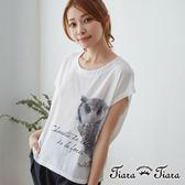 【Tiara Tiara】百貨同步 貓頭鷹x草寫英字上衣T-shirt(白/藍)