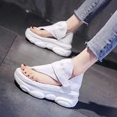 厚底網紅涼鞋女超火運動高跟2021新款夏季爆款坡跟增高羅馬鞋時裝 果果輕時尚