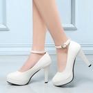 白色高跟鞋繫帶一字扣圓頭職業中跟女鞋防水台軟面走秀模特鞋婚鞋 果果輕時尚