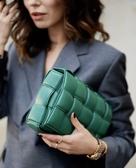 ■專櫃88折■ Bottega Veneta 全新真品 591970 寬編織澎潤小牛皮翻蓋包 亞麻綠色