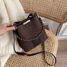 秋冬磨砂質感小包包2021新款潮時尚百搭側背包網紅斜背流行水桶包 貝芙莉