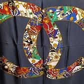 【奢華時尚】CHANEL 藍色底經典品牌大雙C印花圖騰絲質大披肩圍巾(八八成新)#24974