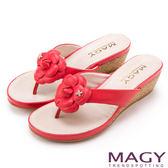MAGY 散發輕熟魅力 真皮皮革花朵楔型夾腳拖鞋-紅色