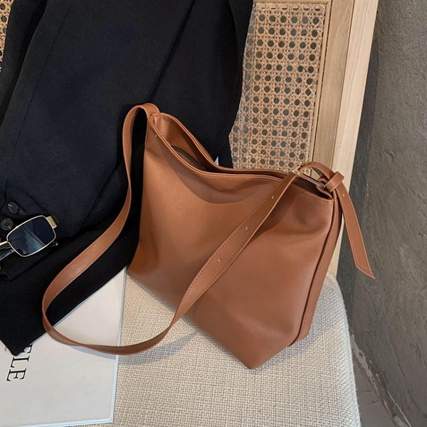 包包女包2021新款潮百搭質感斜背側背小包簡約復古小眾森繫水桶包 伊蘿