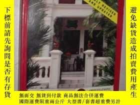 二手書博民逛書店英文原版罕見Living in Singapore, An Ex