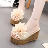 拖鞋女夏時尚外穿新款花朵高跟一字拖鞋女厚底楔形防滑沙灘涼拖鞋 一米陽光