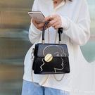 斜背包 質感包包女2020流行新款時尚刺繡手提小方包錬條單肩斜背包 俏girl