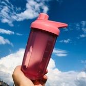 便攜手提搖搖杯蛋白粉戶外運動健身水杯帶刻度水壺攪拌球奶昔杯子 快速出貨