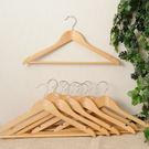 ‧ 荷木衣架,典雅美觀 ‧ 凹槽設計,防止衣物滑落 ‧ 衣物吊掛收納,避免摺痕
