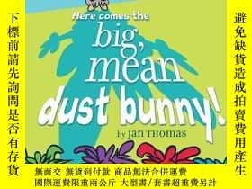 二手書博民逛書店Here罕見Comes the Big, Mean Dust Bunny!Y362136 Photograph