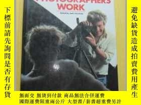 二手書博民逛書店HOW罕見FAMOUS PHOTOGRAPHERS WORK(英