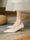 高跟鞋 法式高跟鞋女尖頭瑪麗珍鞋新款復古珍珠白色小眾婚鞋中跟小跟單鞋 伊蘿